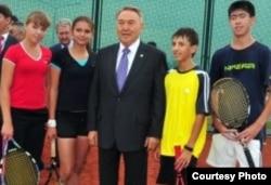 Президент Казахстана Нурсултан Назарбаев в окружении юных теннисистов. Кызылорда, сентябрь 2012 года.