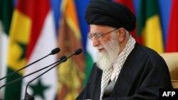 رهبر جمهوری اسلامی و نزدیکان او در ماههای گذشته بارها از عملکرد اقتصادی دولت حسن روحانی انتقاد کردهاند.