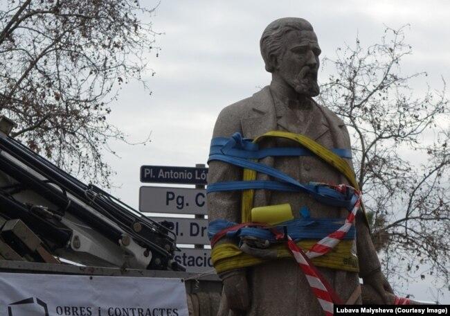 Памятник работорговцу Антонио Лопесу покидает барселонскую площадь. 4 марта 2018.