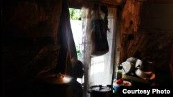 Живет семья Сабанадзе, мягко выражаясь, в очень тяжелых условиях, если не сказать, опасных: в стенах зияют огромные дыры, из которых по ночам в дом проскальзывают мыши и крысы
