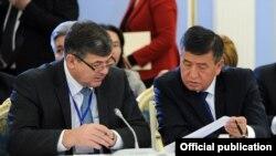 Премьер-министр Кыргызстана Сооронбай Жээнбеков (справа) и заместитель премьер-министра Олег Панкратов. Бишкек, ноябрь 2016 года.