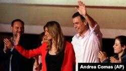 Իսպանիա - Վարչապետ Պեդրո Սանչեսը՝ տիկնոջ հետ, Սոցիալիստական կուսակցության կենտրոնակայանում ողջունում է իր աջակիցներին, Մադրիդ, 28-ը ապրիլի, 2019թ․