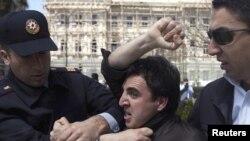 Polis müxalifət fəalını saxlayır, 26 aprel 2010