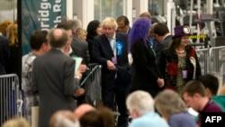 Мэр Лондона, кандидат от Консервативной партии Борис Джонсон (в центре) ожидает окончания подсчета голосов. Лондон, 7 мая 2015 года.