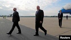 ბერლინი, 2019 წლის 31 მაისი: აშშ-ის სახელმწიფო მდივანი მაიკ პომპეო (მარჯვნივ) ტეგელის აეროპორტში