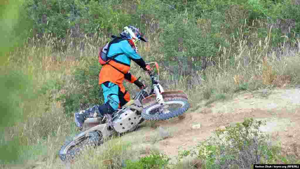 При підкоренні чергового підйому мотоцикліст не впорався з керуванням і ледве встиг зістрибнути зі свого залізного друга