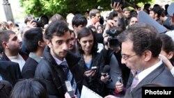 Բողոքող ուսանողները Կառավարության շենքի մոտ: 6-ը մայիսի, 2010թ.