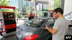 A gas station attendant fills a car at a petrol station in the Iranian capital Tehran, May 25, 2015. File photo