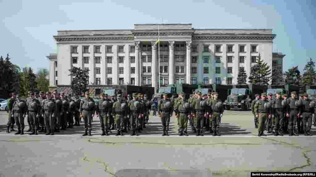 Підрозділи Нацгвардії та поліції вишикувалися на Куликовому полі перед Будинком профспілок