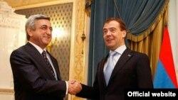 Серж Саргсян (слева) и президент России Дмитрий Медведев, 25 февраля 2011