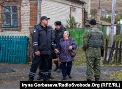 Бригада спасателей работает в селе Виноградное под Мариуполем