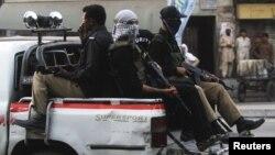 یک مقام ارشد پلیس، انفجار را «انتحاری» عنوان کرده است. (در تصویر: ماموران پلیس در خیابانهای کراچی)