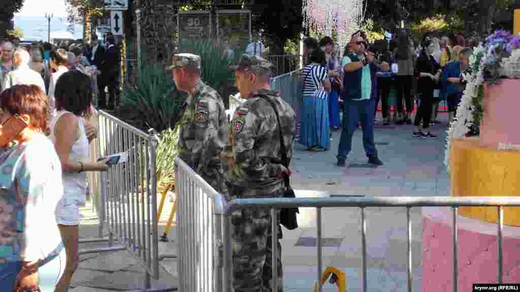 Підходи до будівлі театру ім.Чехова, де було відкриття фестивалю, огородили парканами