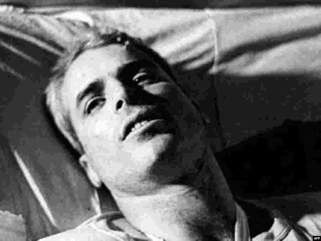در میان طرفداران جمهوری خواهان، جان مک کین امتیازی بزرگ در کارنامه داشت: مجروح و اسیر شدنش در سال ۱۹۶۷ در دوران جنگ ویتنام. آن هم در گرماگرم جنگ عراق و ناکامی ها در ایجاد امنیت در آن کشور.