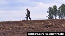 Скарбашукальнік на ўзараным полі