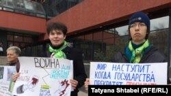 """Пикет активистов """"Яблока"""" в Новосибирске, 2 апреля 2016 года"""