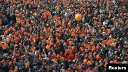 Участники торжеств на улицах Амстердама