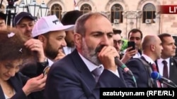 Новоизбранный премьер-министр Армении Никол Пашинян выступает на площади Республики в Ереване, 8 мая 2018 г.
