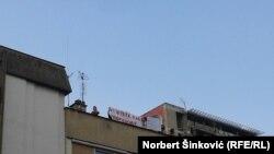 Poruke studenata demonstrantima sa obližnje zgrade u Novom Sadu