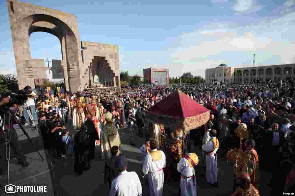 В этот день с раннего утра сюда пришли тысячи людей: и стар, и млад – все они армяне из разных стран.