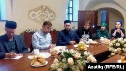 Мөфти Камил Сәмигуллин (уртада) журналистлар сорауларына җавап бирә