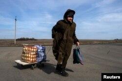 Жінка переходить кордон між Росією та Україною в селищі Успенка Донецької області, березень 2015 року