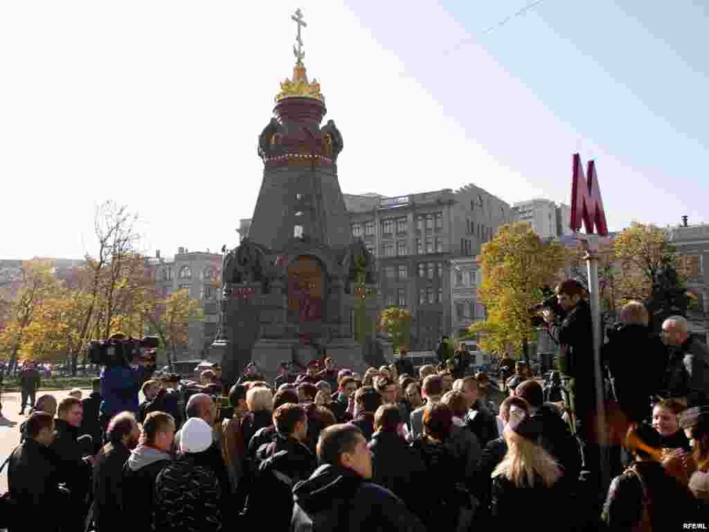 16 октября около 30 представителей оппозиции собрались у памятника Героям Плевны в Москве, чтобы подписать и передать в администрацию Президента РФ письмо с информацией о фальсификациях на выборах 11 октября 2009