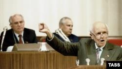 Андрей Сахаров (справа) во время выступления на съезде народных депутатов СССР. Июнь 1989 года.