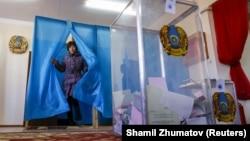 Парламент сайлауында дауыс беріп жатқан тұрғын. Қызылорда облысы, Төретам ауылы. 20 наурыз, 2016 жыл.