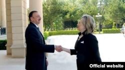 Azerbaýjanyň prezidenti Ylham Aliýew ABŞ-nyň döwlet sekretary Hillary Klinton bilen duşuşýar, Baku, 4-nji iýul 2010-njy ýyl.