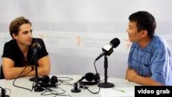 """Фред Грейс менен Кубанычбек Жолдошев """"Азаттыктын"""" студиясында, 28-июль, 2014."""