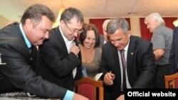 Рөстәм Миңнеханов (у) Новосибирски өлкәсе татарлары белән очрашуда. 14 сентябрь 2012