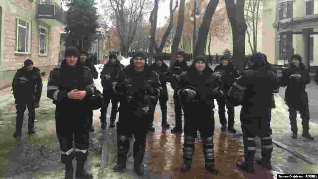 Poliţişti pe strada Nicolae Iorga, lângă reşedinţa de stat a şefului statului.