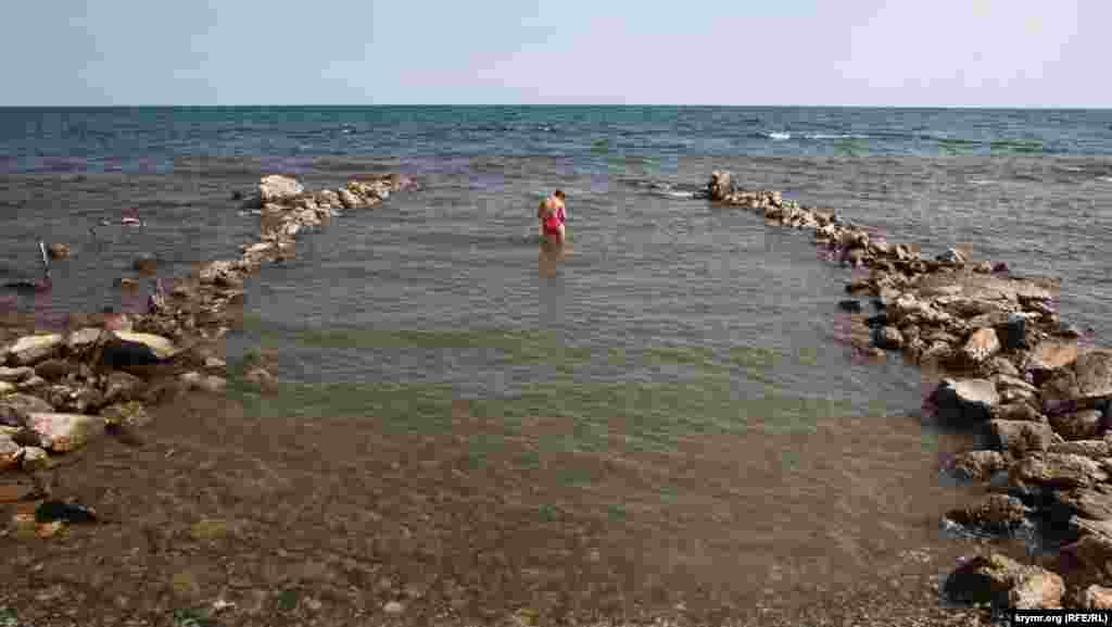 Поруч із дельфінарієм – пляж