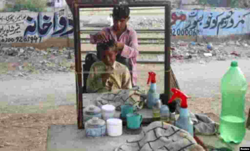 Pakistanda küçə bərbərxanası