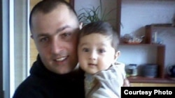 Uzbekistan - Aramais Avakyan, an ethnic Armenian man accused of having ties with Islamist militants, with his child.