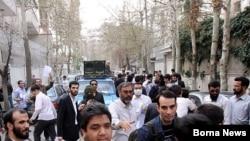 گروهی از نیروهای طرفدار حکومت در یکی از تجمعات دربرابر خانه مهدی کروبی