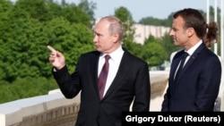 Франция президенті Эммануэль Макрон (оң жақта) және Ресей президенті Владимир Путин. Санкт-Петербург, Ресей, 24 мамыр 2018 жыл.