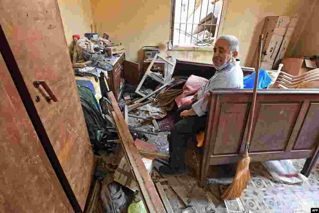 На пауза од чистењето на уништениот дом во централниот дел на Бејрут.