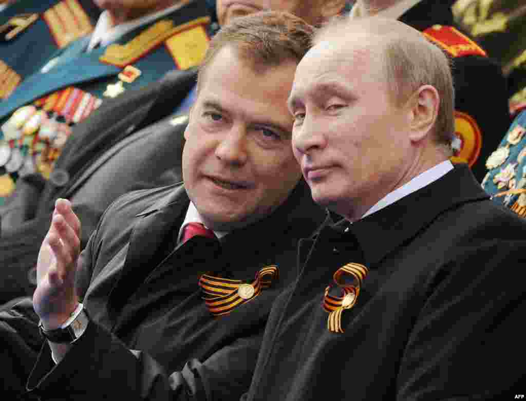 Дмитрий Медведев в своих часах, стоимость которых достигает $32 тыс Источник: газета Ведомости