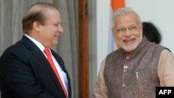 Индияда жаңы шайланган премьер-министр Нарендра Моди (оңдо) Пакистандын өкмөт башчысы Наваз Шариф менен, 27-май, 2014