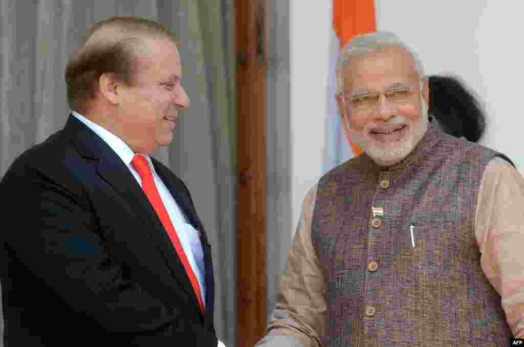 Нарендра Моди 26 мая принес присягу премьер-министра Индии в ходе церемонии, на которой присутствовал ряд высокопоставленных представителей других государств, в том числе премьер-министр Пакистана Наваз Шариф. В преддверии инаугурации Шариф заявил, что присяга Моди – «прекрасная возможность»для улучшения отношений между двумя странами. Шариф – первый премьер Пакистана, посетивший инаугурацию главы индийского кабинета с момента разделения двух стран в 1947 году. Из-за спорной территории Кашмира эти государства три раза находились в состоянии войны. Партия нового главы индийского правительства одержала убедительную победу на всеобщих выборах. Моди обещает оживить экономику и превратить Индию в мировую державу.