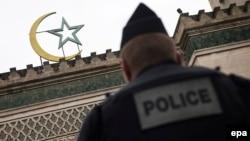 Французский полицейский у входа в мечеть в Париже
