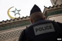 """Полицейский дежурит у Большой мечети в Париже вскоре после нападения на """"Шарли Эбдо"""""""