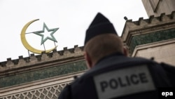 A man reportedly tried to drive a car into a crowd of people standing outside a Paris mosque on June 29. (file photo)