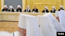 Путин православ чиркәү әһелләре белән очраша (архив фотосы)