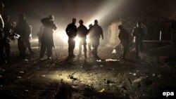 Pjesëtarët e forcave afgane gjatë inspektimit pas një sulmi të mëparshëm vetëvrasës në Kabul