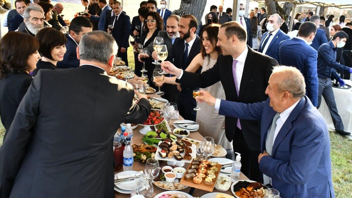 Фотографии с банкета после инаугурации главы Карабаха вызвали критику