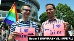 Участники акции, приуроченной к международному дню борьбы с гомофобией. Тбилиси, 17 мая 2012