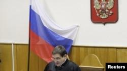 Դատավոր Վիկտոր Դանիլկինը ընթերցում է Միխայիլ Խոդորկովսկու եւ Պլատոն Լեբեդեւի դատավճիռը, Մոսկվա, 27-ը դեկտեմբերի, 2010թ.